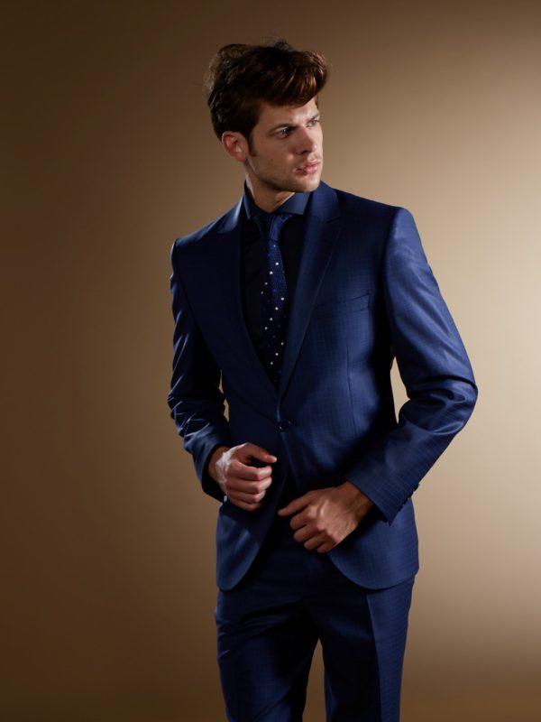 Mėlynas smulkiai languotas kostiumas