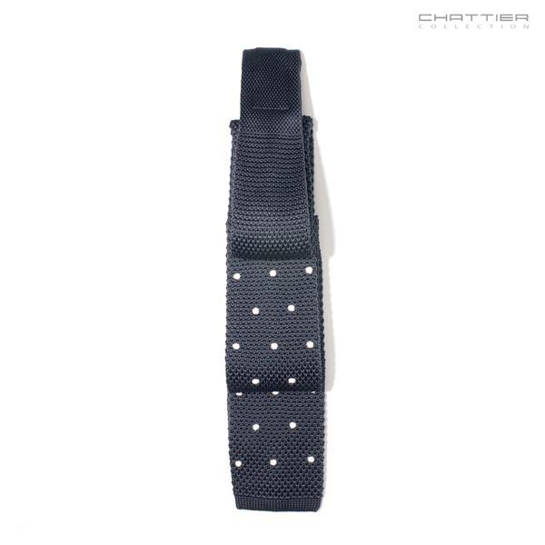 Taškuotas juodas kaklaraištis